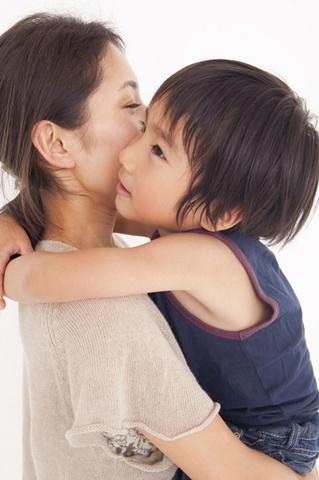 母親にだっこされる小児皮膚疾患の患者さんのイメージ