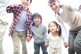 家族で皮膚科受診するイメージ